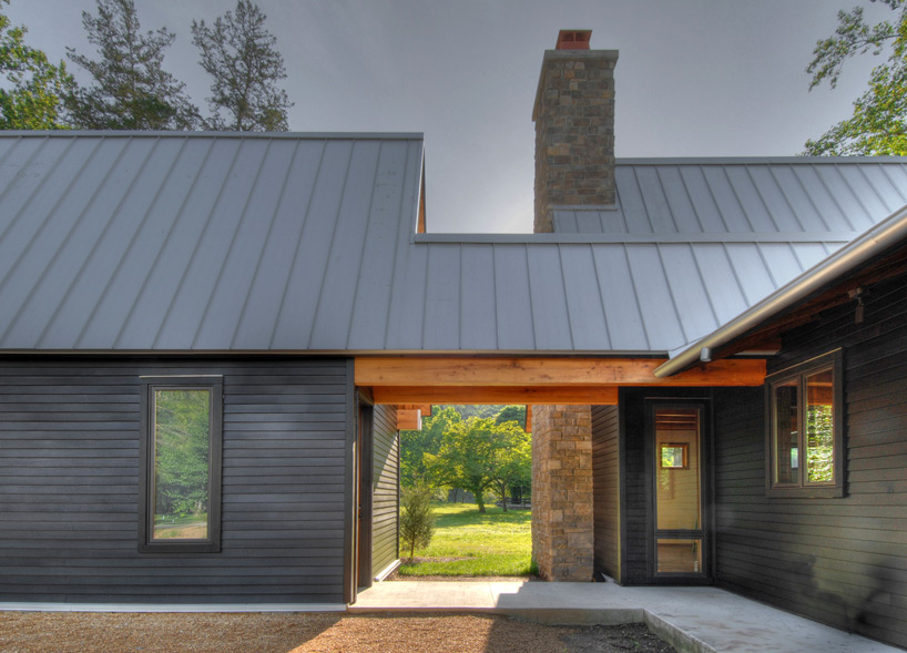 Dark Home Exteriors hefferlin-+-kronenberg-architects-tellico-cabin-designboom-03